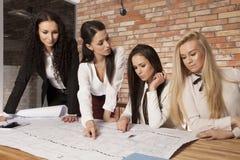 4 коммерсантки на офисе работая с компьтер-книжкой Стоковое Изображение