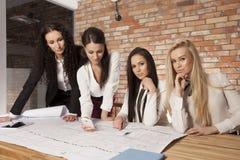 4 коммерсантки на офисе работая с компьтер-книжкой Стоковые Фото