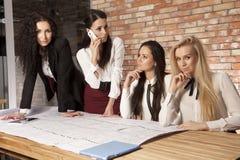 4 коммерсантки на офисе работая с компьтер-книжкой Стоковое Фото