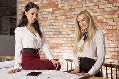 2 коммерсантки на офисе работая с компьтер-книжкой Стоковое фото RF