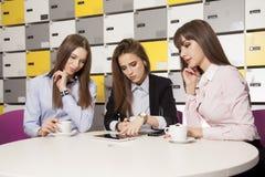 3 коммерсантки на офисе работая с компьтер-книжкой Стоковое Фото