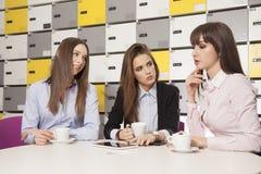 3 коммерсантки на офисе работая с компьтер-книжкой Стоковые Фотографии RF