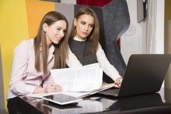 2 коммерсантки на офисе работая с компьтер-книжкой Стоковое Изображение