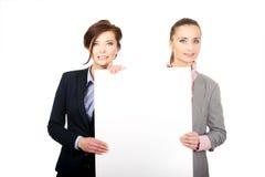 2 коммерсантки нося большую белую доску Стоковое Изображение