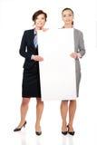 2 коммерсантки нося большую белую доску Стоковое фото RF