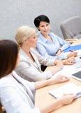 Коммерсантки обсуждают бизнес-план Стоковое Фото