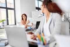 Коммерсантки обсуждая бумаги на офисе Стоковые Изображения RF