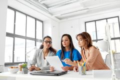 Коммерсантки обсуждая бумаги на офисе Стоковое Изображение RF