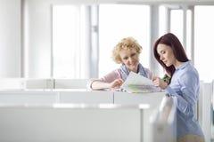 Коммерсантки обсуждая в творческом офисе Стоковое Фото
