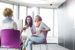 Коммерсантки обсуждая в творческом офисе Стоковые Изображения