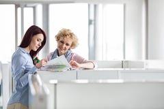 Коммерсантки обсуждая в творческом офисе Стоковые Фото