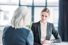 Коммерсантки обсуждая дело проектируют на встрече в офисе Стоковое Изображение