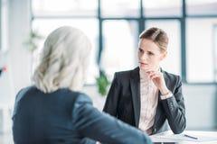 Коммерсантки обсуждая дело проектируют на встрече в офисе Стоковое Изображение RF