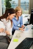 Коммерсантки обсуждая диаграмму в офисе Стоковое фото RF