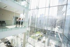 Коммерсантки обсуждая на балконе офиса Стоковые Фото
