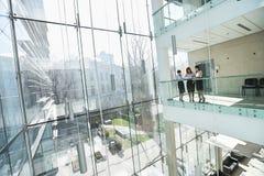 Коммерсантки обсуждая на балконе офиса Стоковое фото RF