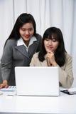 Коммерсантки обсуждая на компьютере Стоковое Изображение RF