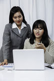 Коммерсантки обсуждая на компьютере Стоковые Фото