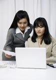 Коммерсантки обсуждая на компьютере Стоковые Фотографии RF