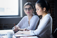 Коммерсантки обсуждая новый бизнес-план совместно Стоковая Фотография RF