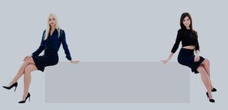 2 коммерсантки показывая пустую доску, серии copyspace Стоковое фото RF