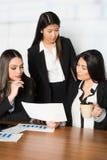 Коммерсантки работая в офисе Стоковая Фотография RF