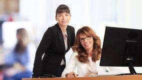 Коммерсантки работая в офисе Стоковая Фотография