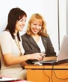 2 коммерсантки работая в офисе Стоковая Фотография