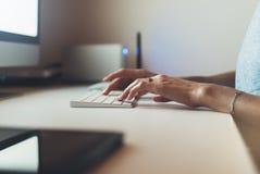 Коммерсантки работая на офисе с компьютером монитора, молодым менеджером печатая на клавиатуре, женщиной битника пальца крупного  Стоковое Изображение