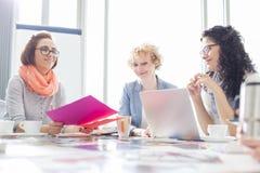 Коммерсантки работая на столе в творческом офисе Стоковое Изображение RF