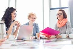 Коммерсантки работая на столе в творческом офисе Стоковая Фотография