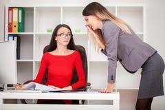2 коммерсантки работая совместно Девушка сидит на таблице в f Стоковое Изображение