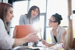 Коммерсантки работая совместно и используя цифровую таблетку в офисе Стоковое Изображение RF