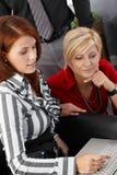 Коммерсантки работая с компьютером Стоковая Фотография RF