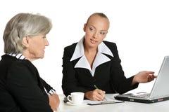 2 коммерсантки сидя на таблице Стоковое Изображение