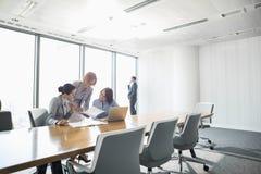 Коммерсантки смотря документы в встрече конференции Стоковые Фото