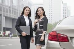 2 коммерсантки стоя на дороге Стоковое Изображение RF