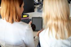 Коммерсантки с компьютером ПК таблетки на офисе Стоковая Фотография RF