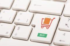 Коммерция интернета покупки ключевая показывая или онлайн концепция магазина Стоковая Фотография RF