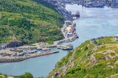 Коммерция, торговля, корабли всех видов выровнялась вверх вдоль гавани ` s St. John в Ньюфаундленде Канаде стоковое изображение rf