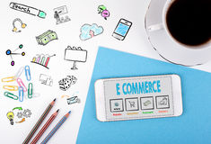 коммерция e Мобильный телефон и кофейная чашка на белом столе офиса Стоковые Фото