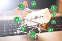 Коммерция e, покупает и продает онлайн, виртуальную корзину стоковое изображение rf