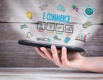 коммерция e планшет в руке деревянное предпосылки старое стоковые фото