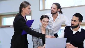 Коммерческая сделка Люди тряся руки на встрече в офисе сток-видео