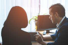 Коммерческий директор советуя с с женским работником Стоковое Изображение RF