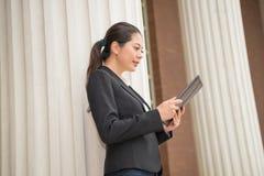 Коммерческий директор читая законную информацию Стоковые Изображения RF