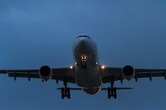Коммерчески авиалайнер двигателя в полете на ночу Стоковые Изображения