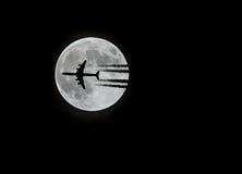Коммерчески авиалайнер и луна Стоковое фото RF