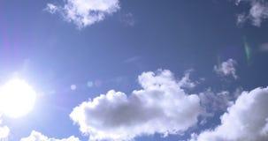 Коммерчески авиалайнер пассажира во время вертикальной надземной эстакады на солнечный день с белыми облаками сток-видео