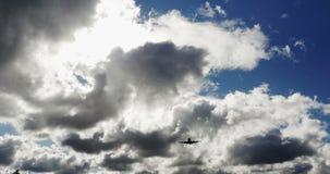 Коммерчески авиалайнер пассажира во время вертикальной надземной эстакады на солнечный день с белыми облаками акции видеоматериалы